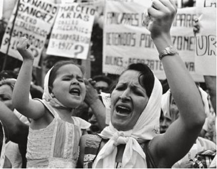 Madre e hija. Plaza de Mayo, 1982.  © Adriana Lestido