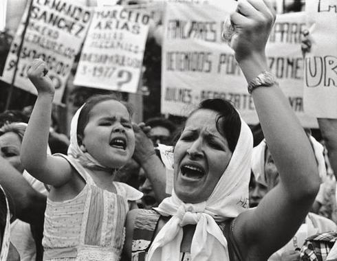 Madre e hija, Plaza de Mayo, 1982. © Adriana Lestido. Exposición Amores difíciles.