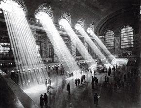 Anónimo, 1929 Vestíbulo principal de la Grand Central Terminal. La construcción de la Gran Estación Central, costó 80 millones de dólares (dos mil millones actuales). Se inauguró en 1913, tras diez años de obras. En los noventa se restauró cuidadosamente después de décadas de abandono. Visita la exposición 'Esto es una ciudad. Esto es Nueva York', en las galerías Fnac.