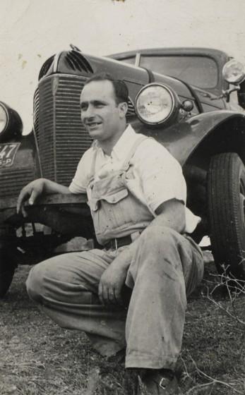 Estudio Fotográfico Bonazza. Juan Manuel Fangio, automovilista. Balcarce. Buenos Aires. Circa 1940. Colección Marcelo Mazza.