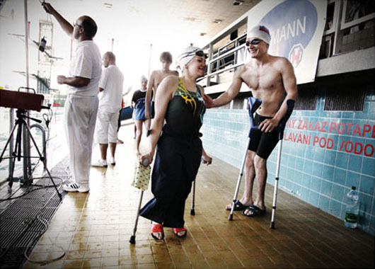 Participantes en la prueba de 100 metros en el Campeonato de Nacional de Natación para discapacitados en República Checa. 5 Junio 2010. De la serie Swimmers with a disability. © Jan Cága